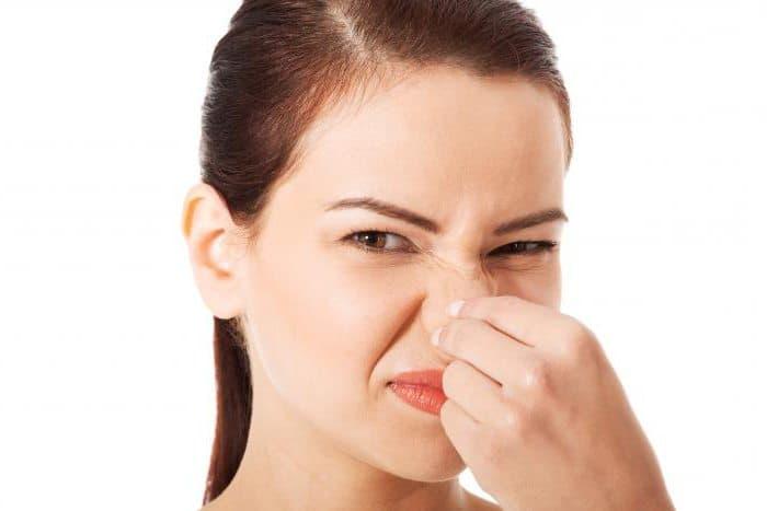 У грудничка запах кислого молока изо рта